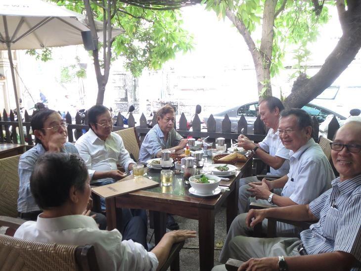 Từ trái: Sâm Thương (thấy lưng) Chu Trầm Nguyên Minh, Rừng, Nguyên Minh, Lữ Kiều, Đỗ Nghê, Mang Viên Long) Ngày 10.10.13