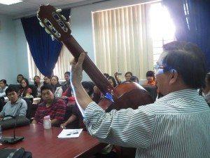 Nguyễn Hải ngâm bài thơ Mũi Né của ĐHN với guitar phụ họa.