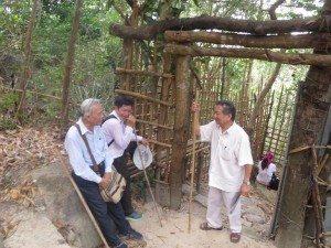 """Cổng """"chùa"""" Văn Thù Phật đỉnh trên núi Dinh"""