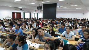 Sinh viên ở các giảng đường khác coi slides... trên màn hình...